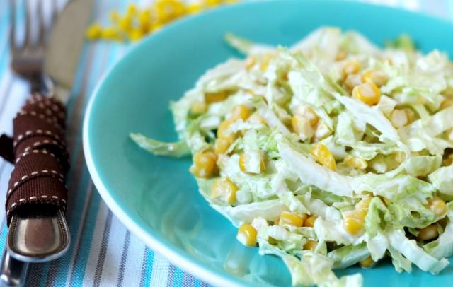 Салат из белокочанной капусты с брынзой, кукурузой и горошком.