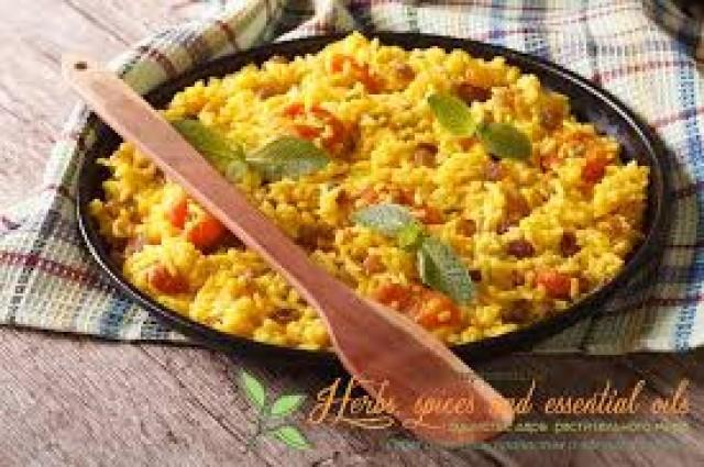 Коричневый рис с душистой приправой из куркумы