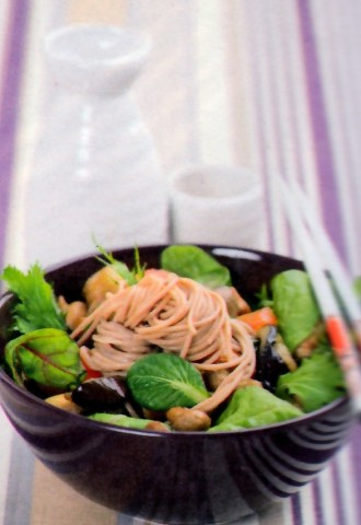 Теплый овощной салат с лапшой соба