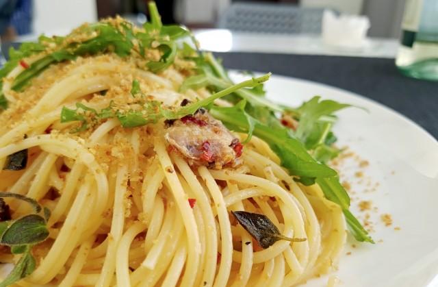 Спагетти с сардинами и крошками черствого хлеба