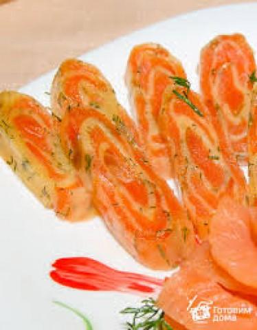 Горячие рулетики из семги с сыром и помидорами