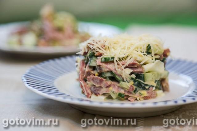 Слоеный картофельный салат с говяжьим языком и оливками