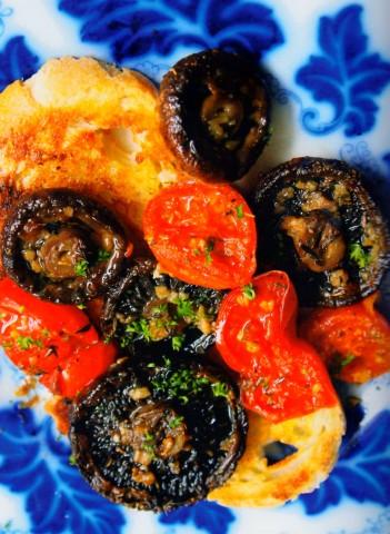 Тосты с помидорами и грибами на гриле