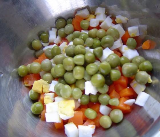 Салат из помидоров с зеленым горошком, яйцами и орехами