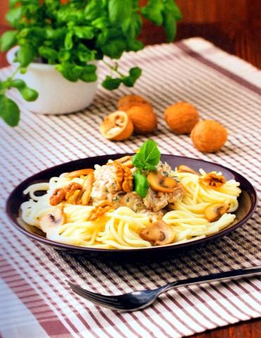 Спагетти с грибами и ореховым соусом
