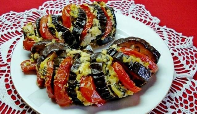 Баклажан, запеченный с сыром, грудинкой и помидорами