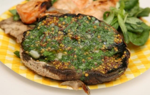 Грибы с горчицей, маслом и петрушкой на гриле