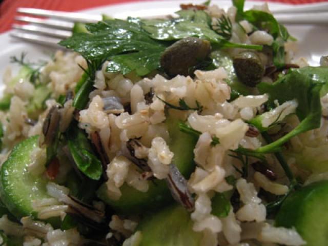 Салат огуречный с рисом, сыром и орехами
