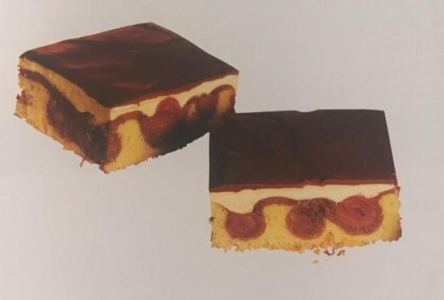 Шоколадные пирожные с вишнями