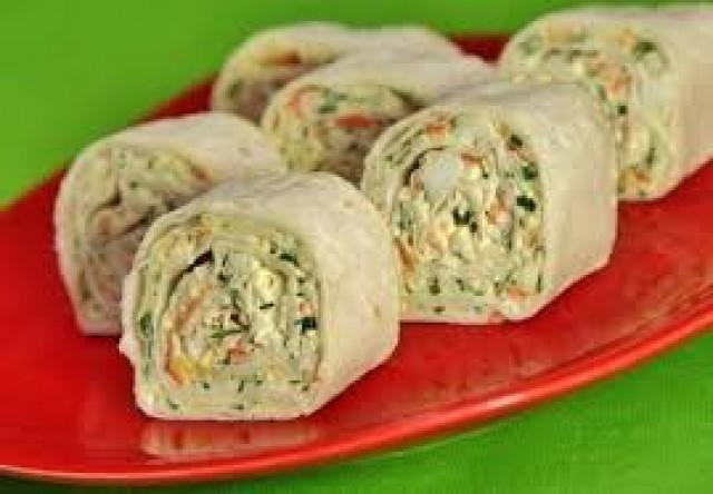 Лаваш со скумбрией, свежими овощами и салатом