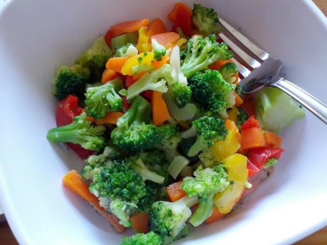 Салат из капусты брокколи с овощами
