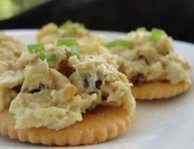 Крекеры с консервированным тунцом и сардинами