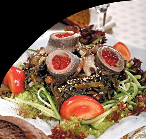 Салат с морской капустой, грибами и сельдью