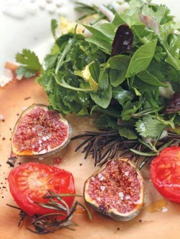Салат с печеным инжиром и помидорами