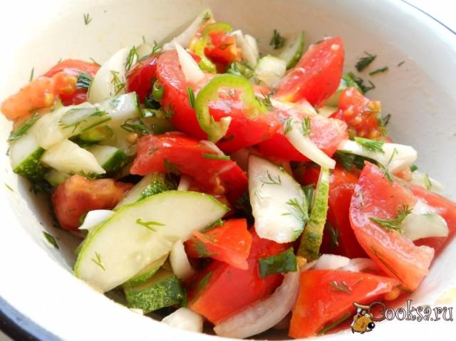 Салат огуречный с помидорами и перцем