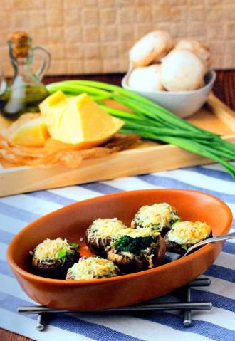 Шампиньоны, фаршированные шпинатом и двумя видами сыра