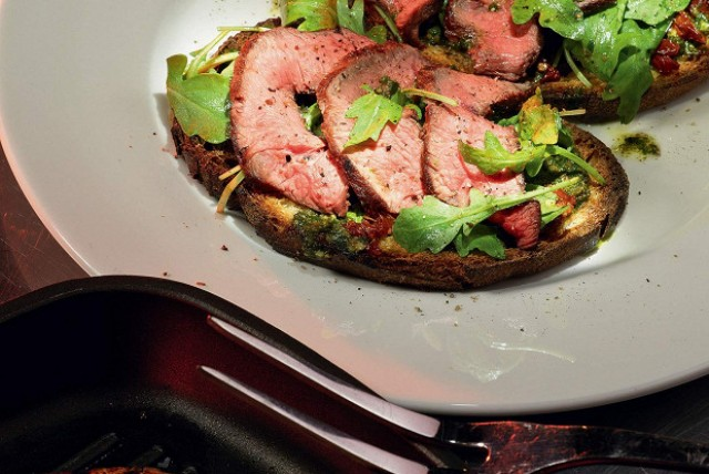 Тартины с салатом Рокет и вяленой говядиной