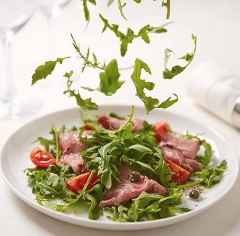 Салат с ростбифом и пряной рукколой