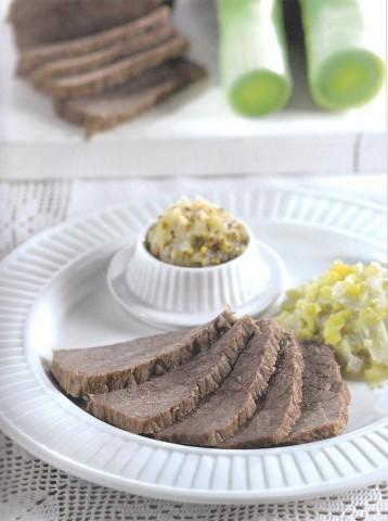 Отварная говядина с луком-пореем и яблочной горчицей