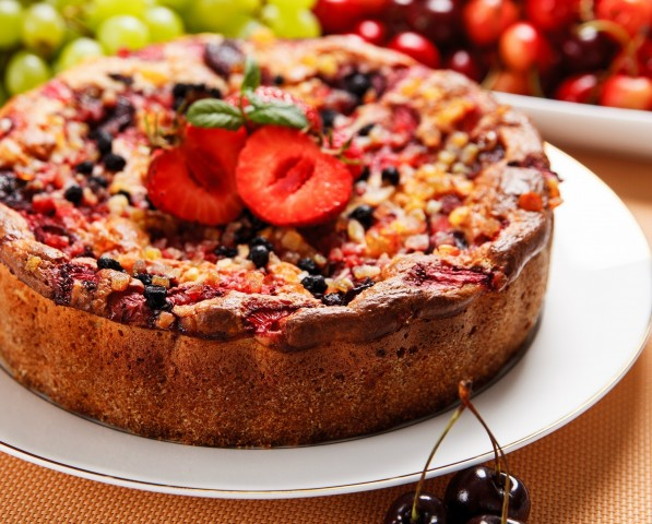 Бисквитный ягодный пирог