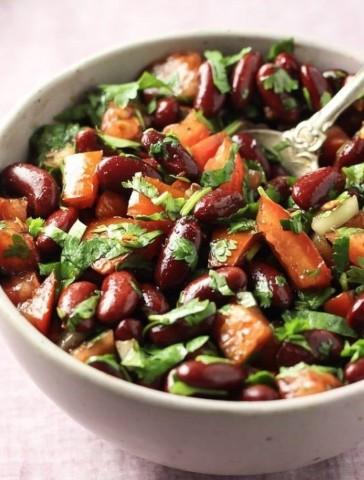 Салат с красной фасолью и томатами
