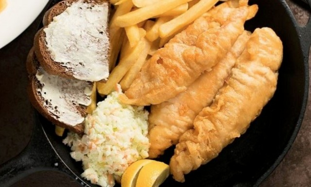 Рыба во фритюре с чесночным соусом