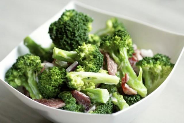 Салат из брокколи с кунжутом и кешью