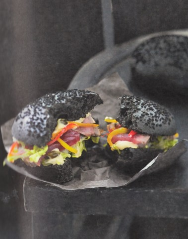 Бургер с жареным тунцом
