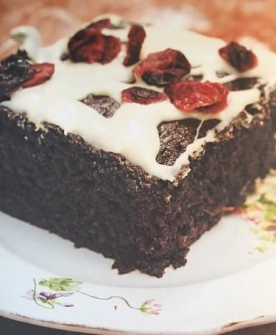 Шоколадный торт с йогуртом и сушеной клюквой