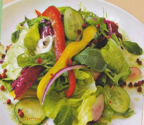 Летний салат с имбирно-мятной заправкой