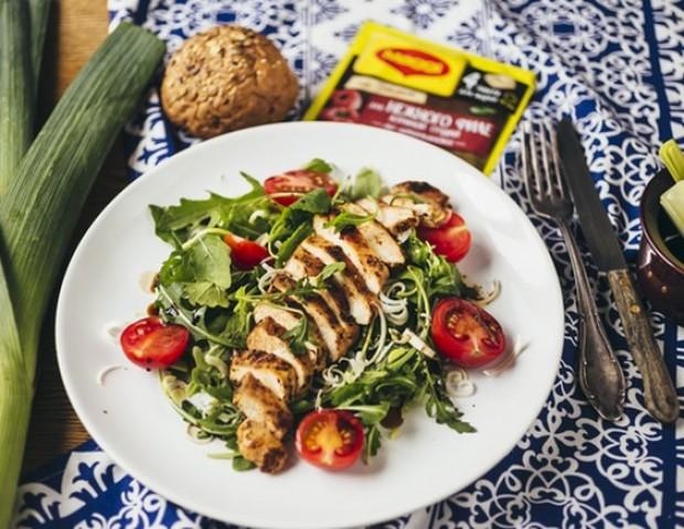 Теплый салат с курицей и соусом чили