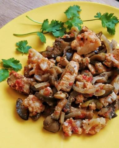 Рагу с индейкой, цветной капустой, баклажанами и грибами