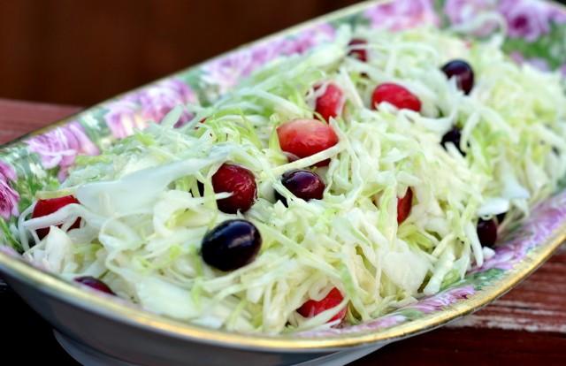 Салат из белокочанной капусты с лесными ягодами