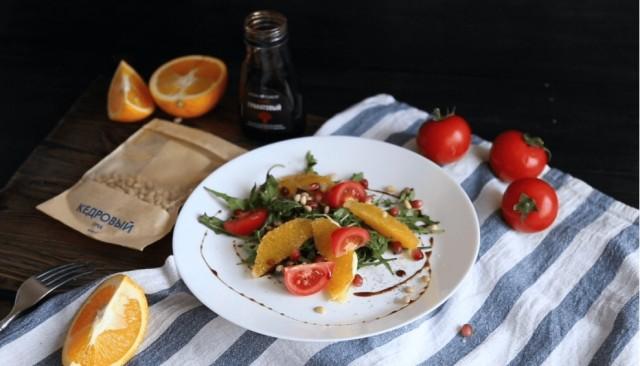 Салат с апельсином, рукколой, кедровыми орешками и гранатовым соусом