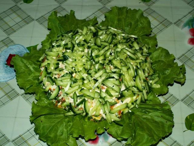 Салат огуречный с рисом и весенней зеленью