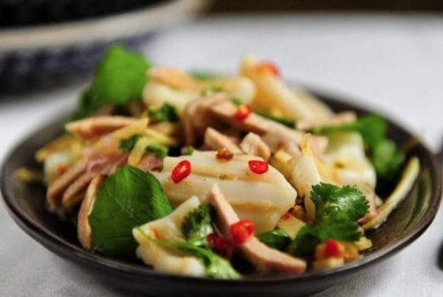 Тайский салат из кальмара со свининой и имбирем