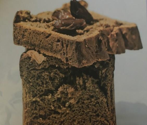 Шоколадный хлеб с кунжутом и финиками