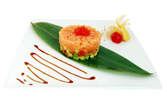 Тартар из семги с авокадо и икрой летучей рыбы