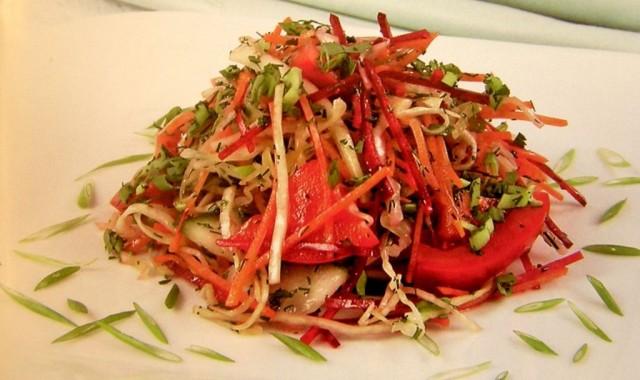 Салат из моркови с овощами и огородной зеленью