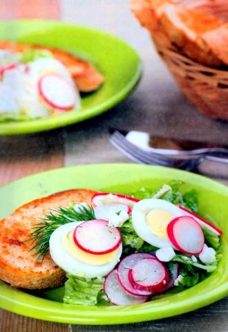 Пестрый овощной салат с зеленью и яйцом