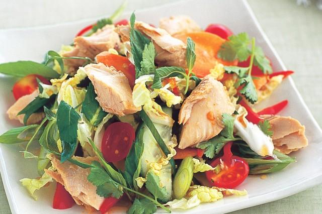 Овощной салат с маринованным лососем под соусом из авокадо и имбиря