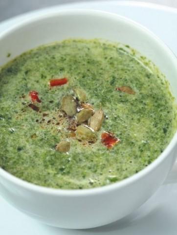 Суп-крем из шпината и щавеля с помидорами