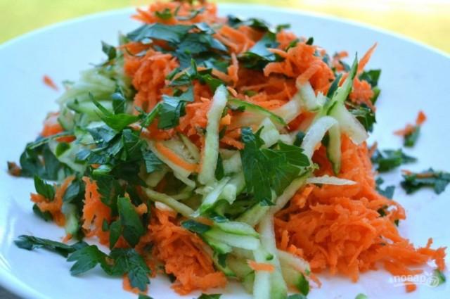 Салат из моркови с овощами и зеленью