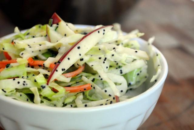 Салат из белокочанной капусты с фруктами