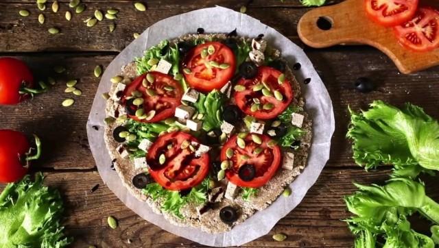 Вегетарианская пицца с коржом из проророщенной гречки и семенами подсолнечника