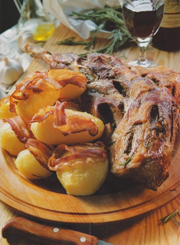 Бараний окорок с картошкой