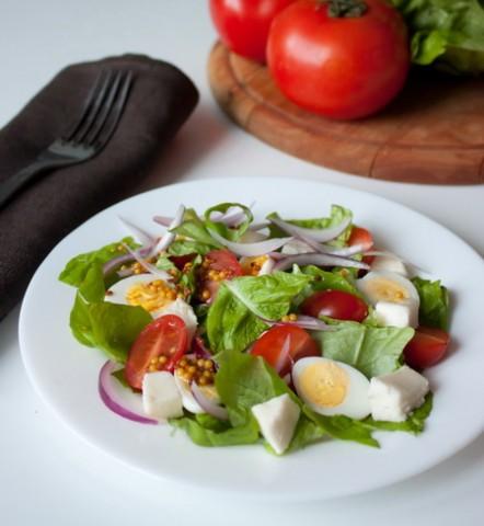 Салат из помидоров с яйцами и зеленью