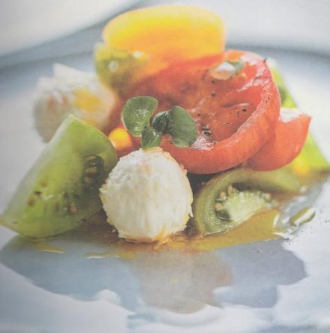 Салат из помидоров с овечьим сыром