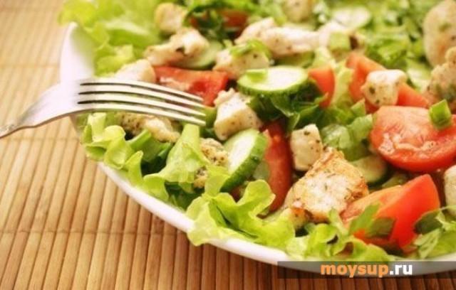 Салат с помидорами, грудинкой и куриным филе