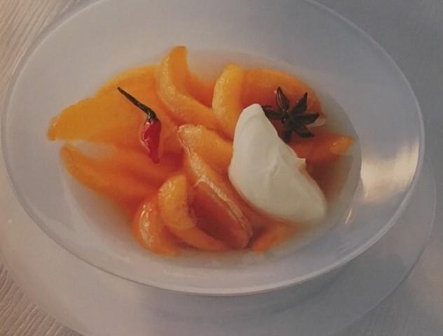 Горячие персики со специями и сыром